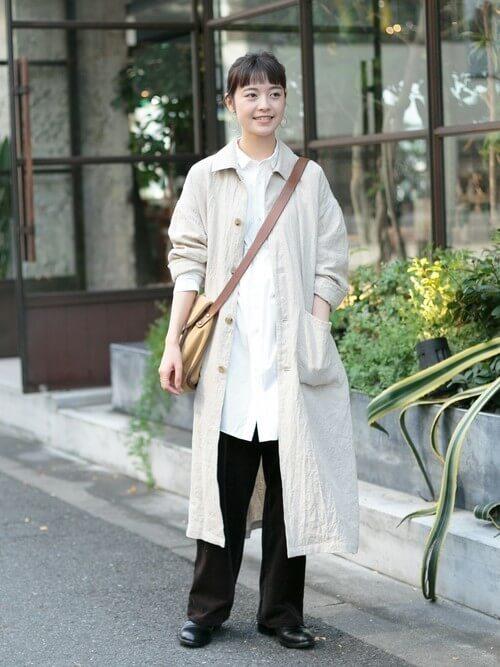 ショップコートの着こなし方:シャツのアウトスタイル②