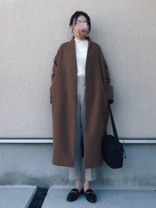 白のリブニット×ブラウンのノーカラーコート×グレーのパンツ×黒のローファー
