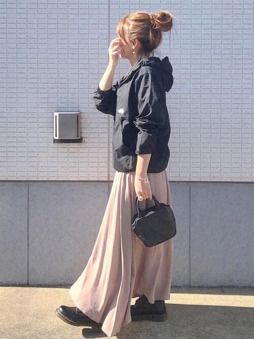 アノラックパーカー×ベージュのスカート×黒のブーツ×黒のバッグ
