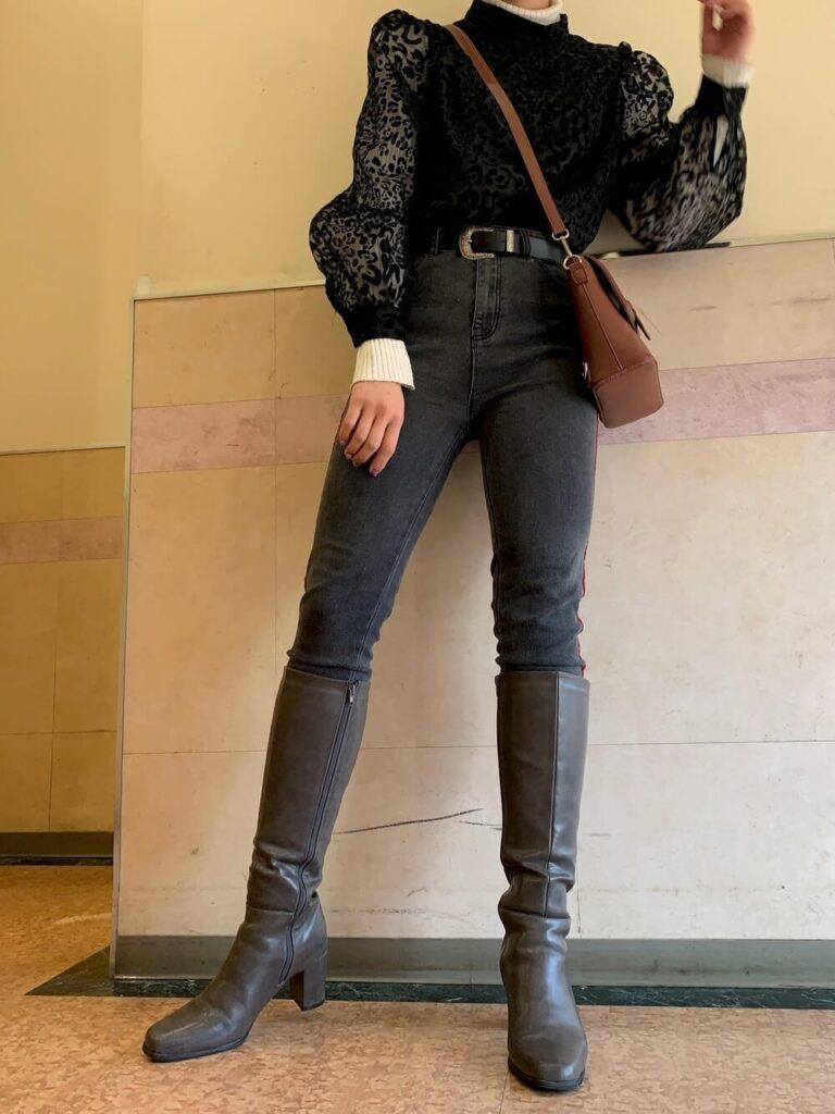 白のタートルネック×黒のパフスリーブブラウス×ブラックデニム×グレーのロングブーツコーデ