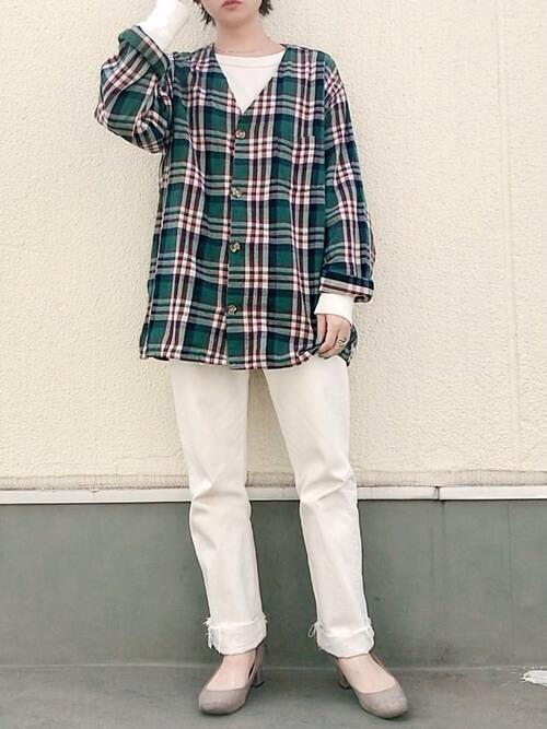 ネルシャツ×白のロンT×白のパンツ×ベージュのパンプス