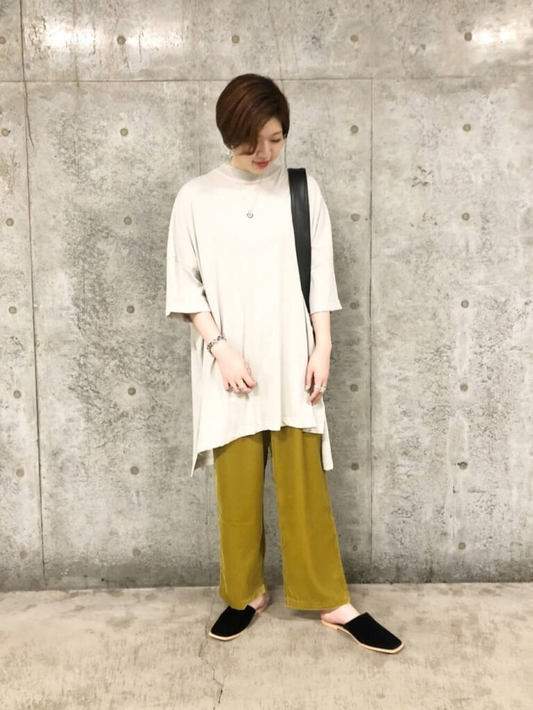 モモンガビッグTシャツ×スリッパサンダル×ベロアパンツの春夏コーデ