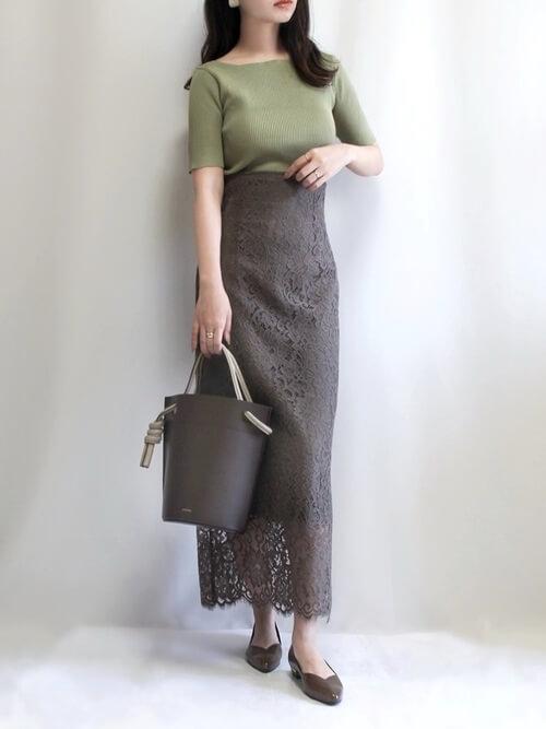 タイトスカート×グリーンのニット×ブラウンのパンプス×グレーのバッグ