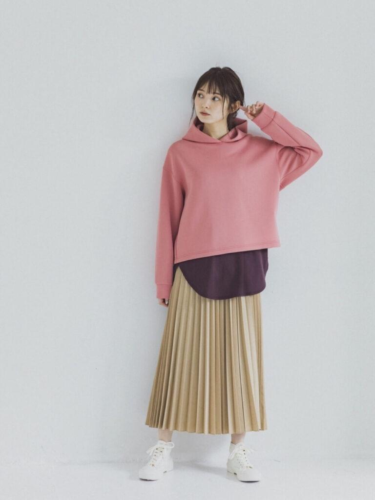 ピンクパーカー×チャコールグレーのTシャツ×ベージュのプリーツスカート