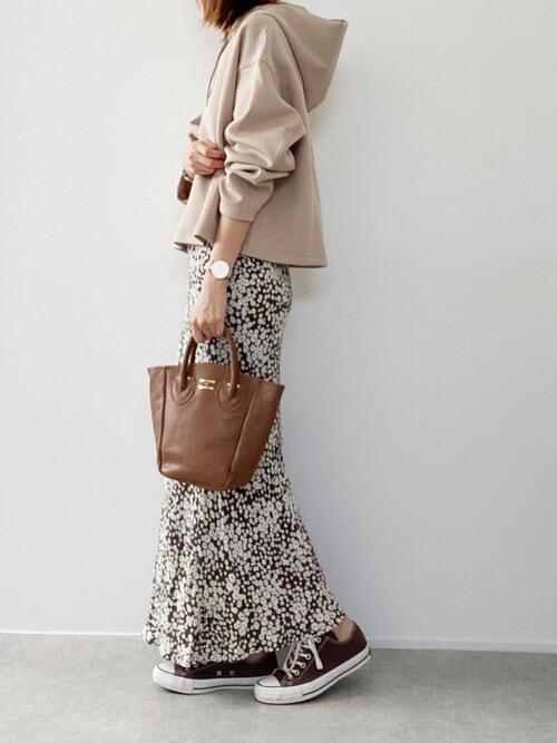 ユニクロのベージュのパーカー×ブラウンの花柄タイトスカート×ブラウンのスニーカー×キャメルのバッグ