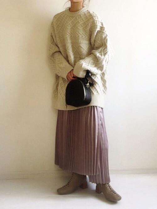 レースアップブーツ×白のケーブルニット×ピンクのプリーツスカート×黒のバッグ