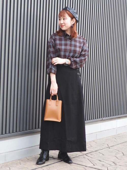 ネルシャツ×黒のスカート×黒のブーツ