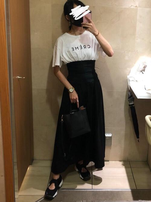 コルセットスカート×白のロゴTシャツ×黒のサンダル×黒のバッグ