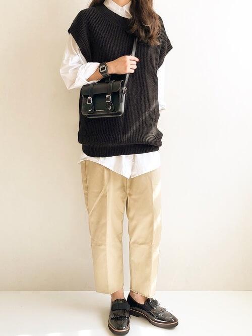 ベージュのチノパンツ×黒のベスト×白のシャツ×黒のローファー