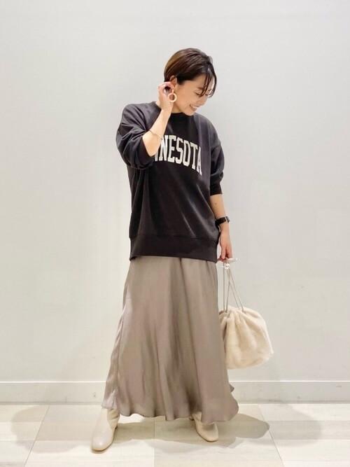 白のブーツ×グレーのスエット×ベージュのスカート