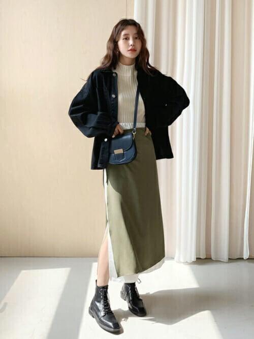 ラップスカート×黒のブルゾン×白のニット×黒のブーツ