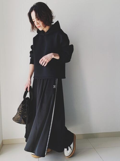 ユニクロの黒パーカー×黒のサイドラインスカート×白のスニーカー