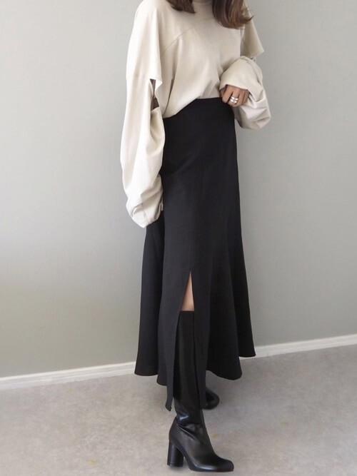 ロングブーツ×ベージュのロンT×黒のロングスカート