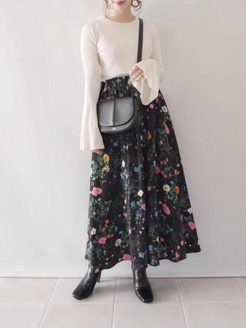 ベージュのリブニット×黒の花柄ロングスカート×ブラウンのブーツ