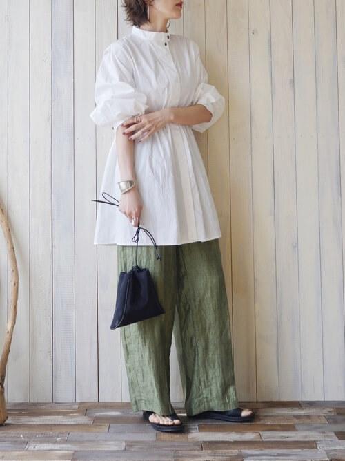 ワイドパンツと靴の見せ方:グリーンのワイドパンツ×サンダル