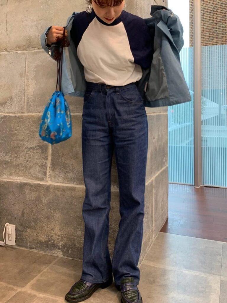 ラグランカットソー×ハイウエストデニム×ローファー×青のライダースジャケットの秋冬コーデ
