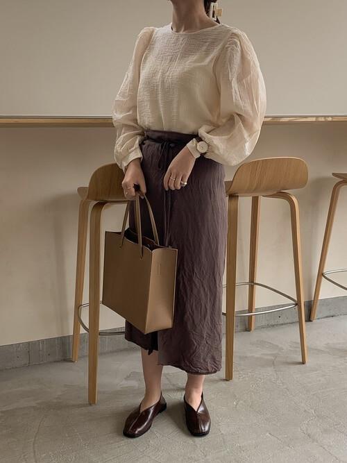 ラップスカート×ベージュのブラウス×ブラウンの足袋パンプス×ブラウンのバッグ