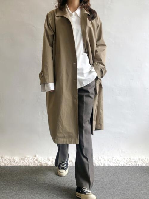 トレンチコート×白のシャツ×グレーのスラックス×黒のスニーカー