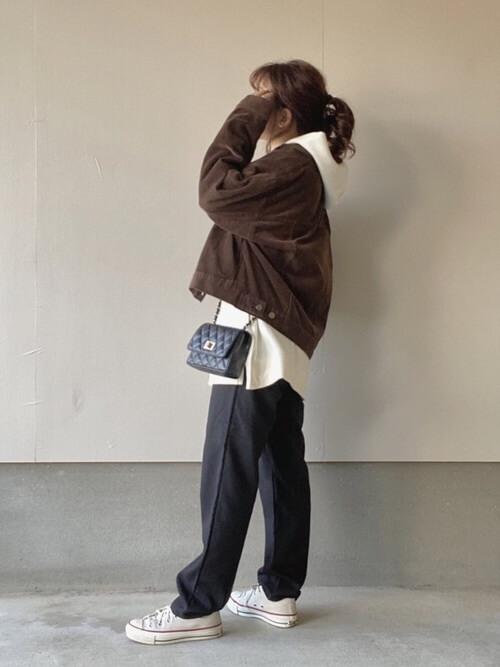 ユニクロの白パーカー×ブラウンのジャケット×黒のジョガーパンツ×白のスニーカー×黒のミニショルダーバッグ