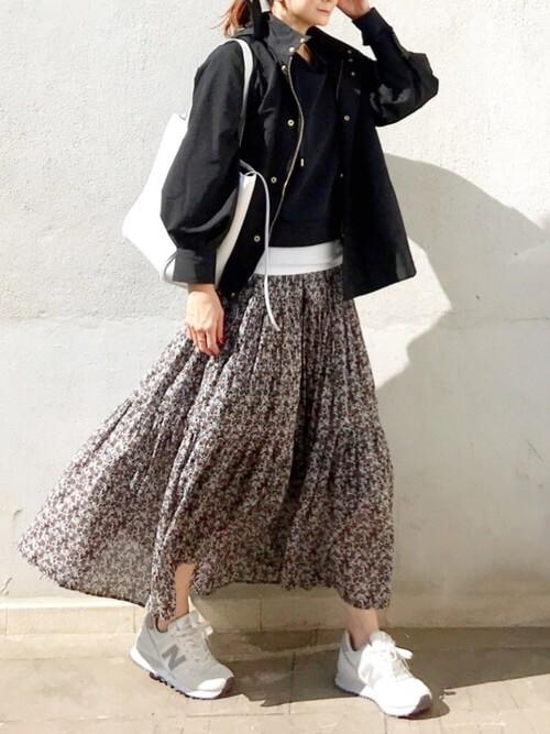 花柄ワンピース×スニーカー×黒のジャケット×黒のTシャツ×白のバッグ
