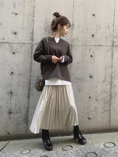 編み上げブーツ×ブラウンのニット×白のカットソー×ベージュのサテンプリーツスカート