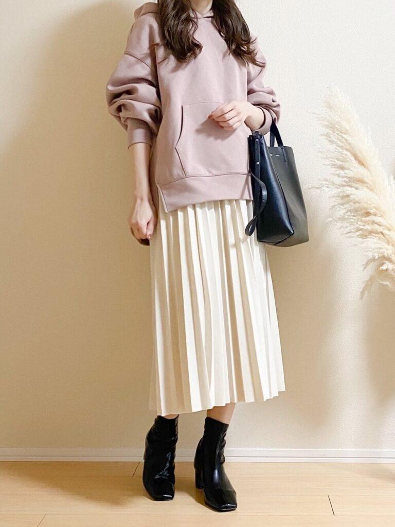 ピンクパーカー×ベージュのプリーツロングスカート×ブーツ