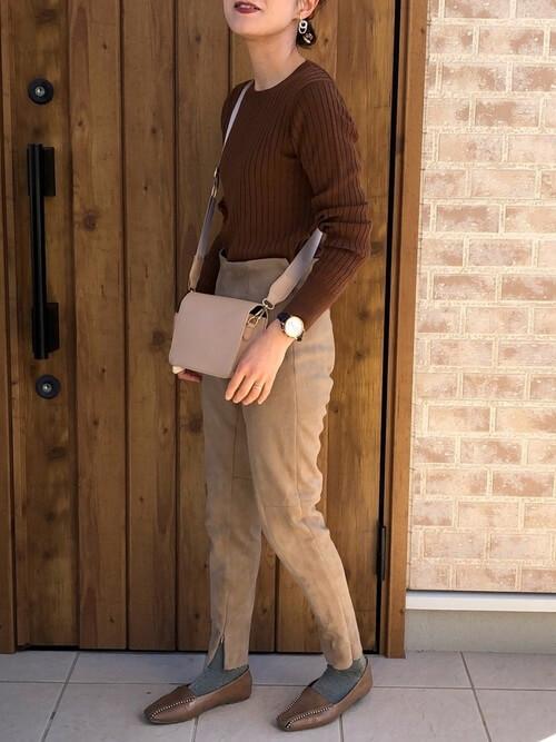 ブラウンのリブニット×ベージュのパンツ×ブラウンのローファー×ピンクのショルダーバッグ