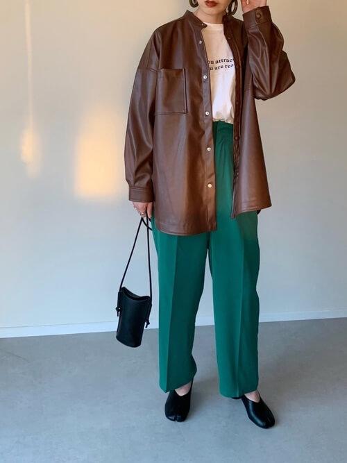キャメルのライダースジャケット×白のロゴTシャツ×グリーンのパンツ×黒の足袋パンプス