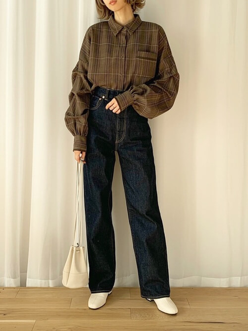 白のブーツ×ブラウンのチェックシャツ×デニムパンツ×白の巾着バッグ