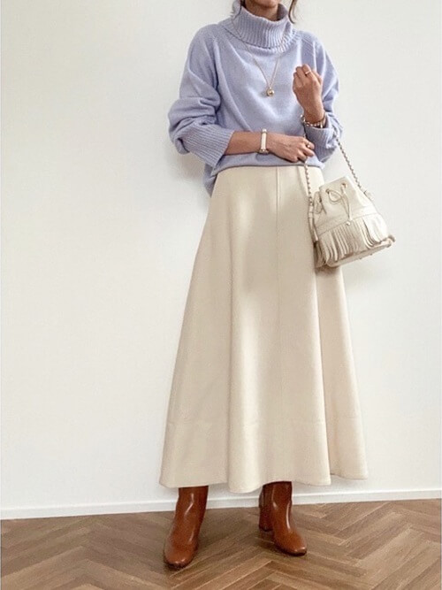 キャメルのロングブーツ×パープルのタートルネックニット×白のスカート×白のバッグ