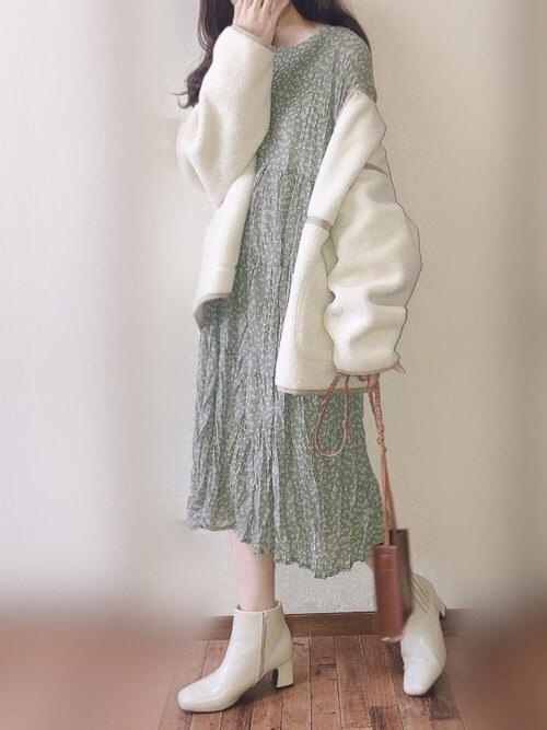 白のブーツ×白のムートンコート×グリーンのワンピース×ブラウンのショルダーバッグ