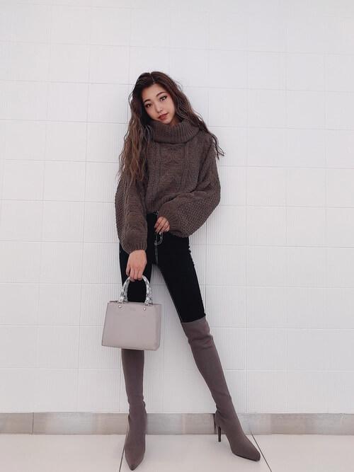 茶色のロングブーツ×ブラウンのタートルネックニット×黒のスキニーパンツ×ベージュのバッグ
