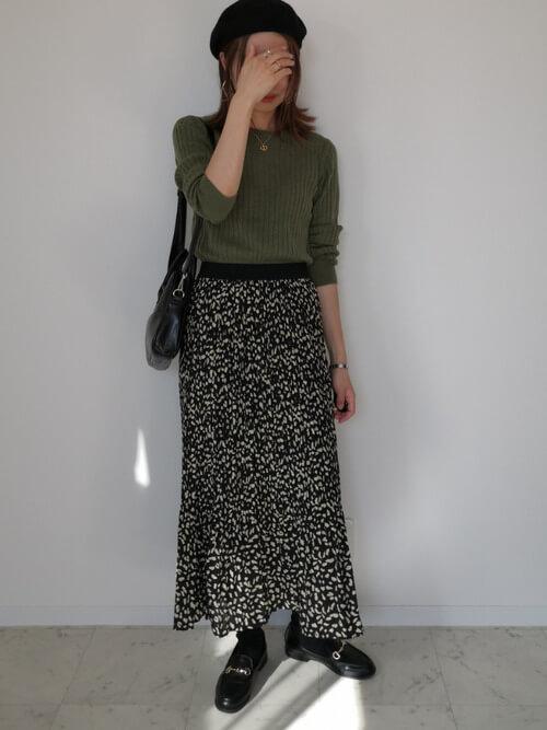グリーンのリブニット×黒のロングプリーツスカート×黒のローファー