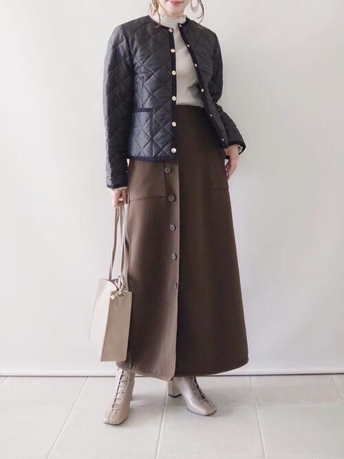 ラップスカート×黒のダウンジャケット×ベージュのニット×ベージュのブーツ