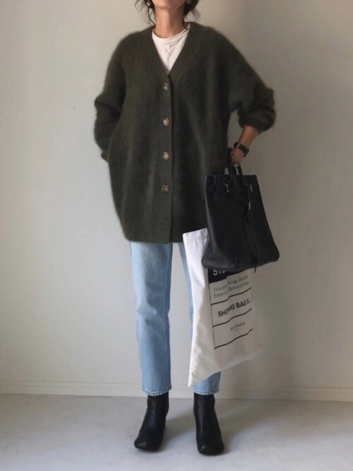 グリーンのカーディガン×白のTシャツ×デニムパンツ×黒の足袋ブーツ
