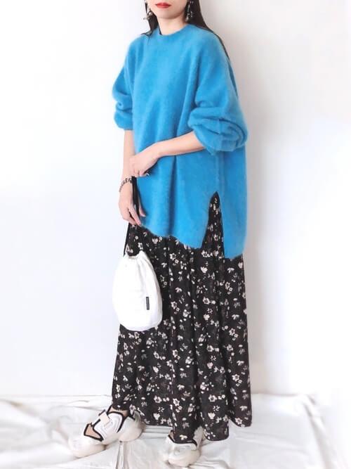 花柄ワンピース×スニーカー×青のニット×白のバッグ