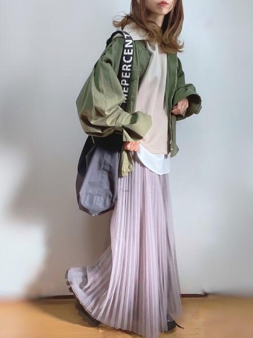 ユニクロのベージュのパーカー×ミリタリーシャツ×ピンクのプリーツスカート×黒のローファー
