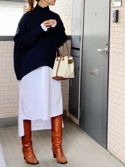 キャメルのロングブーツ×ネイビーのニット×白のシャツワンピ×白のバッグ