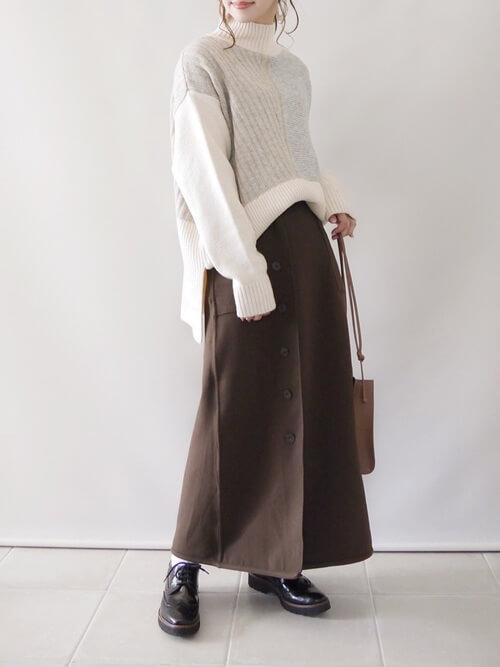 ラップスカート×白のバイカラーニット×黒のブーツ×キャメルのバッグ