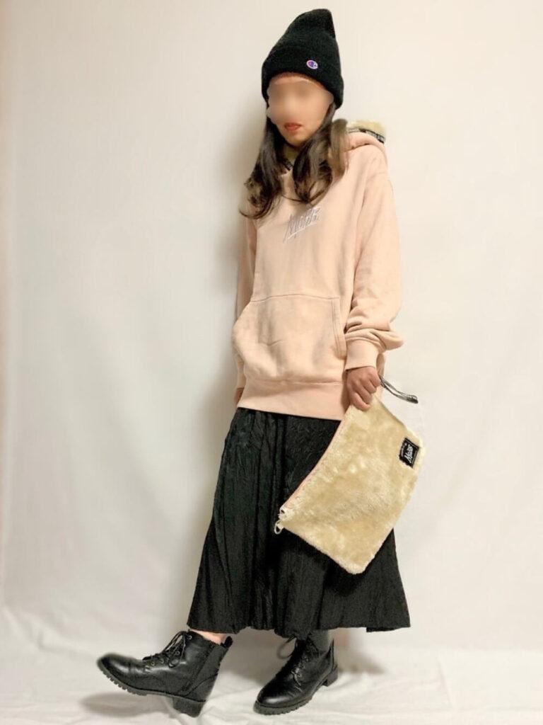ピンクパーカー×黒のワッシャープリーツスカート×ブーツ×ニット帽