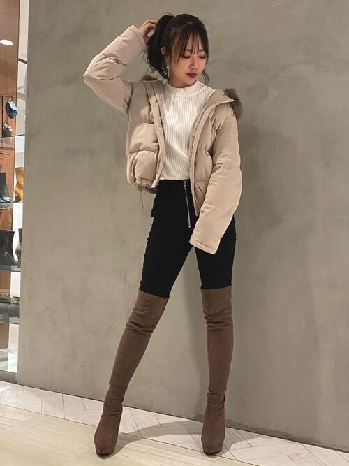 茶色のロングブーツ×ピンクベージュのダウンジャケット×白のニット×黒のスキニーパンツ