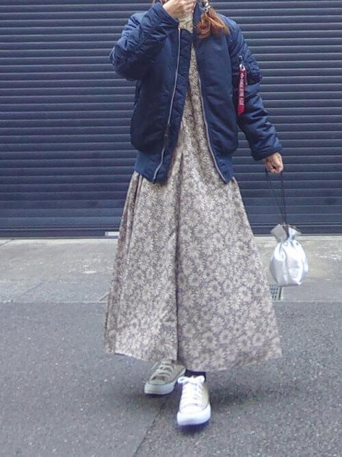 花柄ワンピース×スニーカー×ネイビーのMA-1×シルバーのバッグ