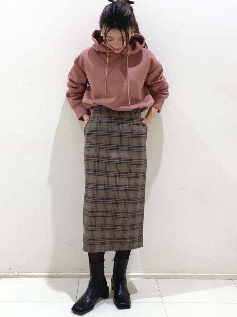 ピンクパーカー×ブラウンのチェックタイトスカート×ブーツ