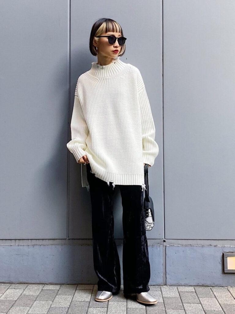 白のダメージルーズニット×シルバーのショートブーツ×ベロアパンツの秋冬コーデ