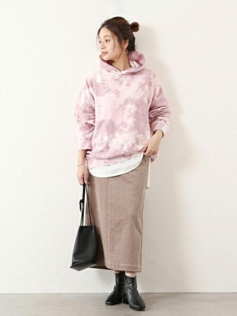 ピンクパーカー×白のロンT×ブラウンのコーデュロイタイトスカート×ショートブーツ