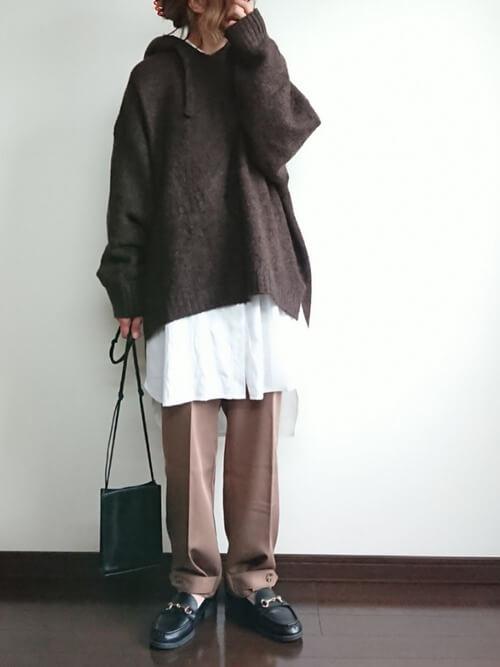 ブラウンのニットパーカー×白のシャツ×ブラウンのパンツ×黒のローファー
