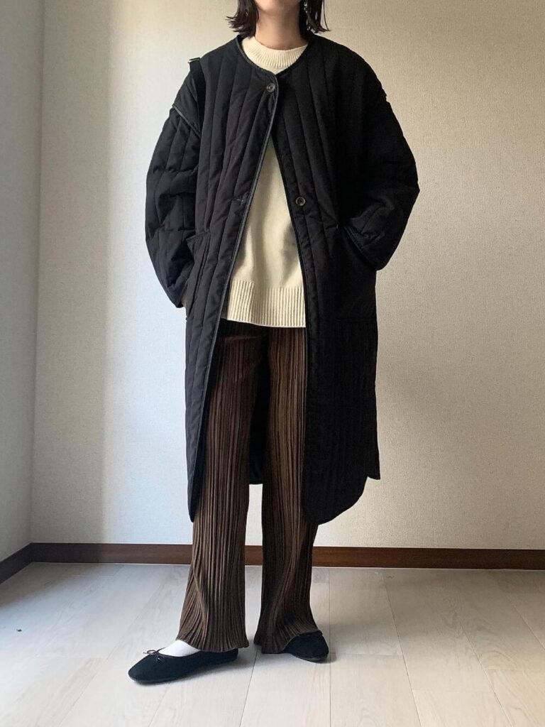 白のニット×黒のキルティングコート×バレエシューズ×ベロアパンツの秋冬コーデ