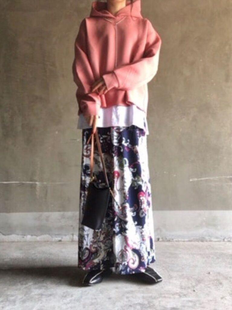 ピンクパーカー×白T×総柄スカート×ローファー