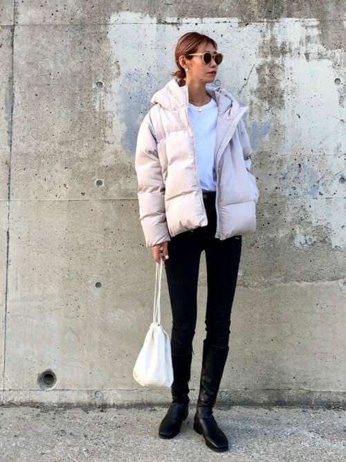 ロングブーツ×白のダウンジャケット×白のTシャツ×黒のスキニーパンツ
