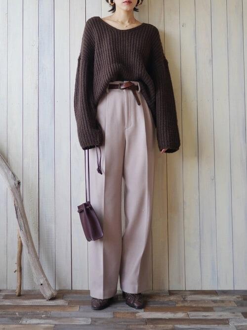 ブラウンのリブニット×ページュのパンツ×ブラウンのブーツ×ブラウンのバッグ